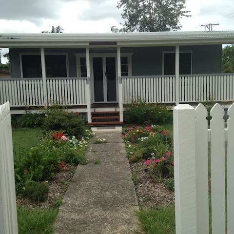 """Iris Cottage"" of Caboolture North. - Caboolture - Maison"
