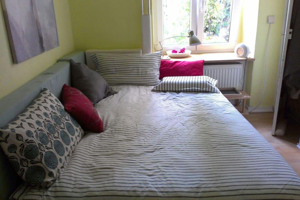 Das Schlafzimmer ist gemütlich und sehr ruhig - das Bett ist 150 breit