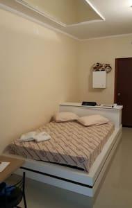 Suíte com uma cama de casal (individual/duplo).