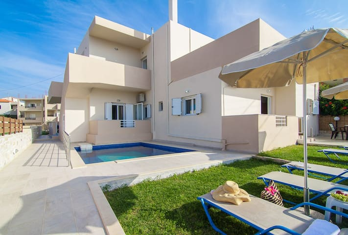 7 bedroom villa with pool, 700m from the beach!