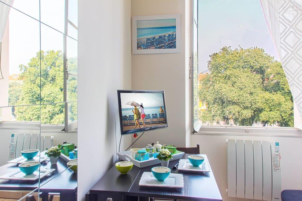 Dining table and workspace / Table à manger et espace de travail / Il tavolo per mangiare e spazio di lavoro