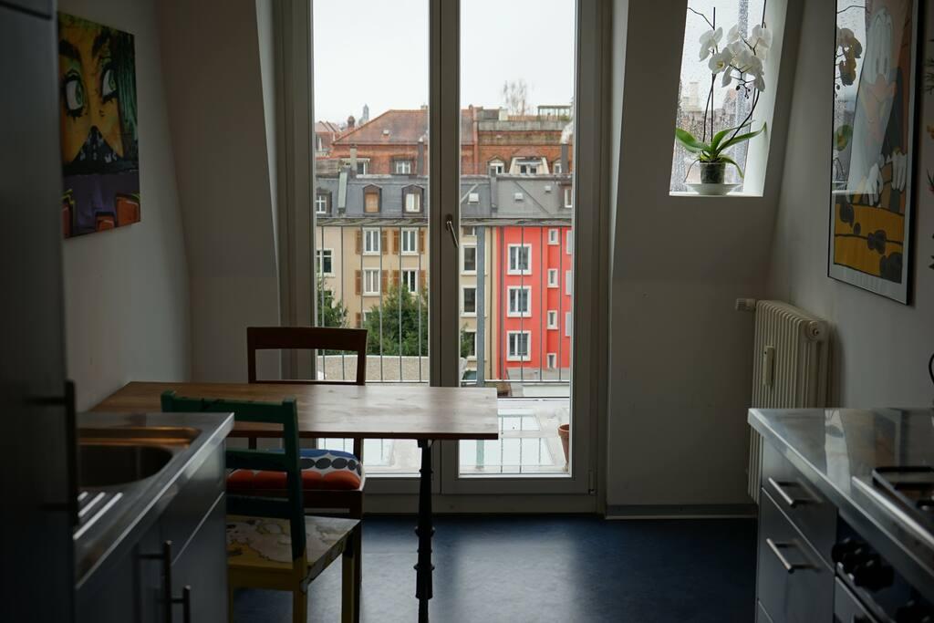 Küche mit Blick in Innenhof
