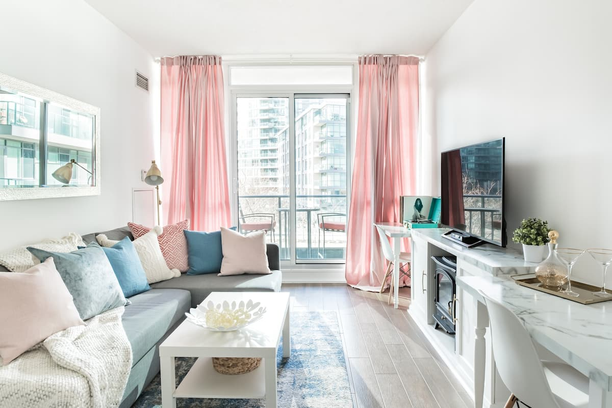 Stylish Downtown Condo with Free Parking
