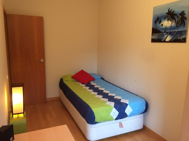 Convenient Room at 30 min train from Barcelona