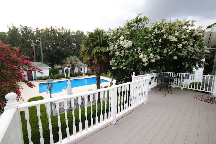 Cottage #8, 2nd level, 1 BR,  Dog friendly, pool