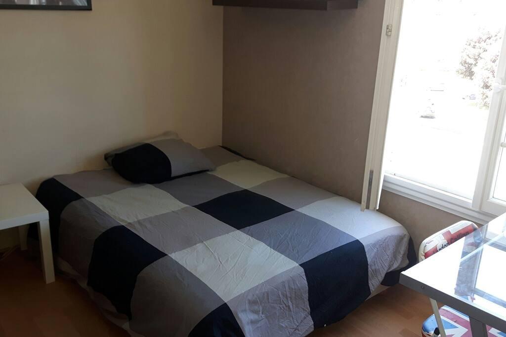 chambre privative de 12 m2 avec bureau et armoire à disposition. Belle vue.