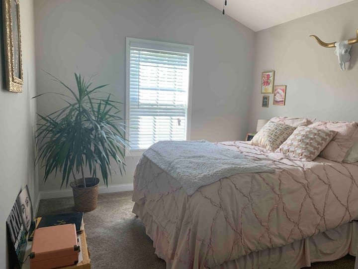 Quaint guest room- Travel nurse oasis