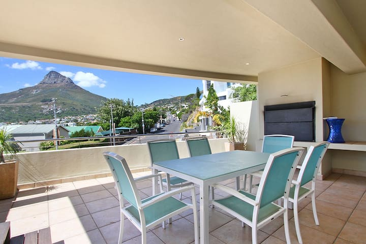 Lovely 4 bedroom house next to Camps Bay beach