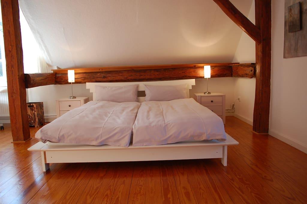 Das Bett im Zimmer Abendsonne