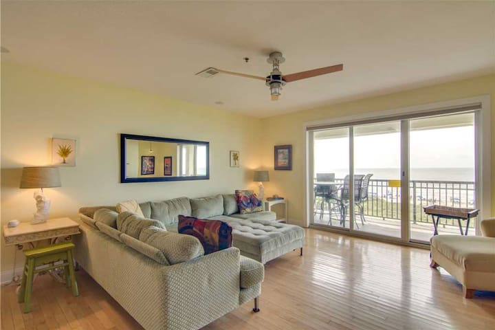 Comfortable beachfront villa with stunning ocean views & community pool!