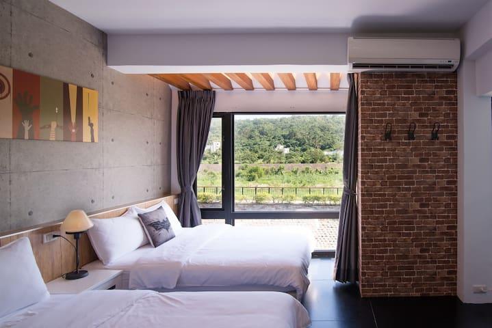 四人山景房,近車站市區,可從窗外欣賞美崙溪與美崙山景 :) 房東在隔壁 - Hualien City - Casa