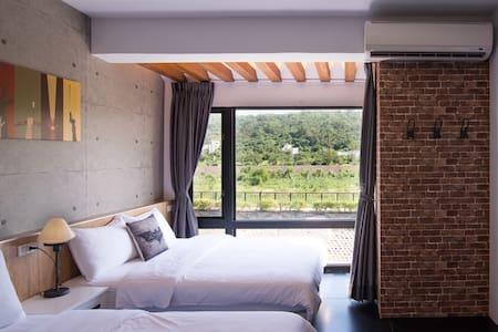 四人山景房,近車站市區,可從窗外欣賞美崙溪與美崙山景 :) 房東在隔壁 - Hualien City
