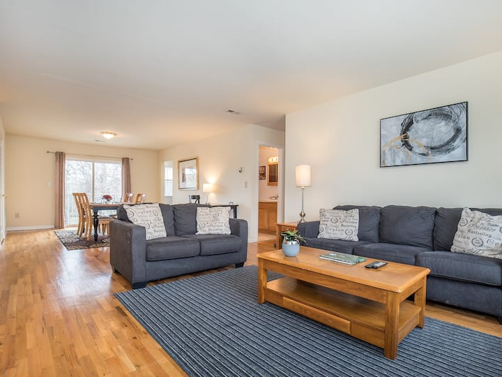 Large 3 BR with parking & wifi (94)