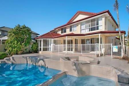 LUXURY WATERFRONT HOUSE - Mermaid Waters - Villa