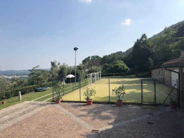 Stanza privata con campo da tennis/calcetto!