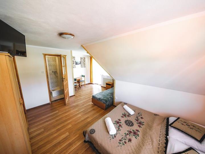 Prywatny pokój 4-osobowy z łazienką i balkonem