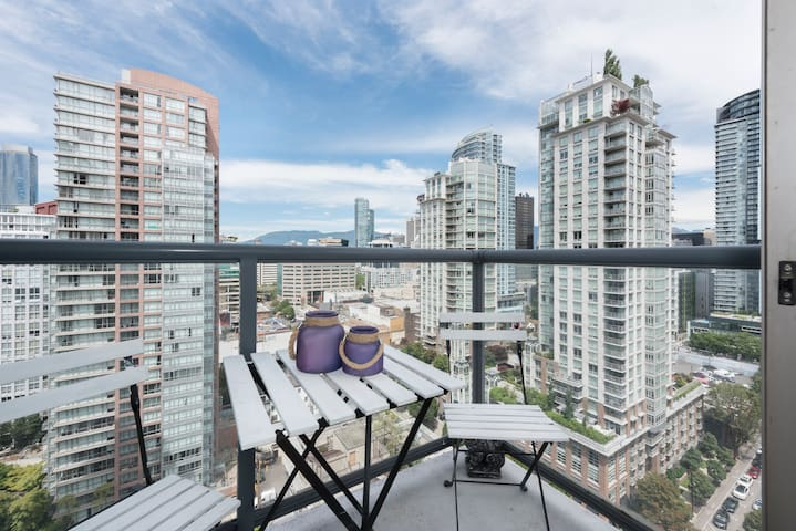 Downtown/Yaletown Vancouver Bright One Bedroom Den
