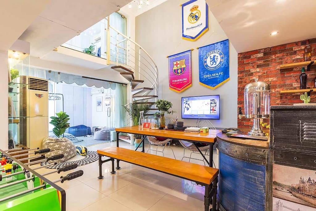 客厅-宽敞洪亮 配有酒吧台 桌式足球 -~家人朋友欢聚一堂,无论在哪儿,有你就有家