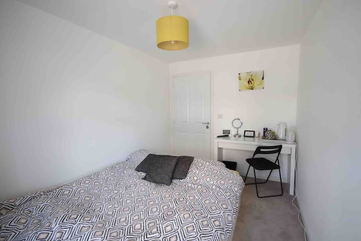 Cosy Private Double Room in Ground Floor Flat