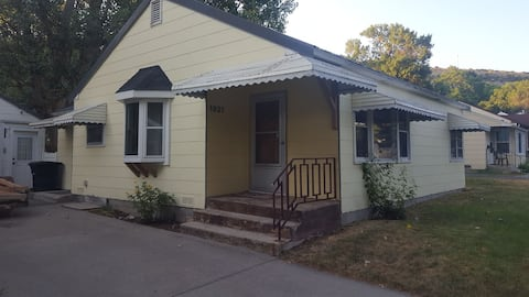 Small, cheerful 2 bedroom home, quiet neighborhood. Close to downtown, hospitals and MSU-B. Fenced in yard. Free parking in driveway and street.