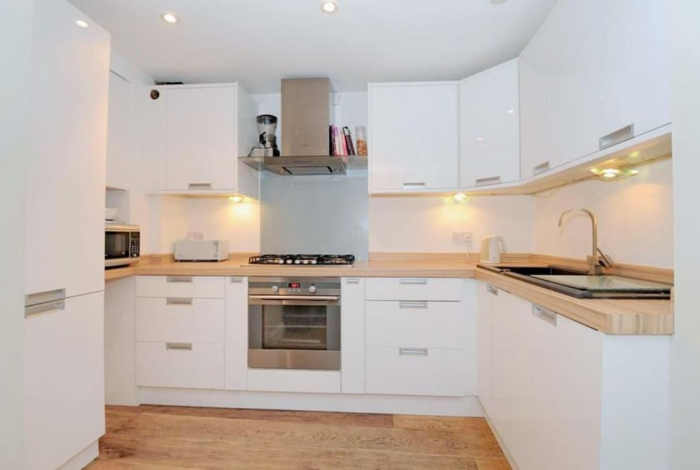 Fully equipped kitchen with dishwasher.