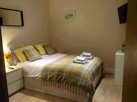 Private Entry Double bedroom with beautiful views!