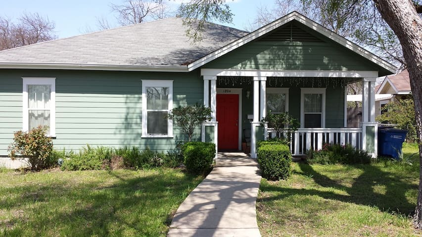 East Austin Lux Home! 4 Blks to E 6th St, Walkable