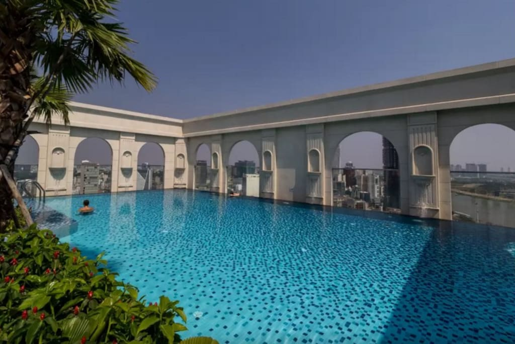 Infinity rooftop pool - free access when you stay at my place!