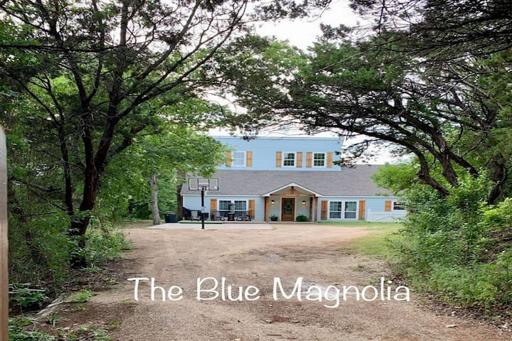 7 Bedroom 6.5 Bath Secluded Retreat on Lake Whitney with Hot Tub & Fire Pit-The Blue Magnolia Lodge!