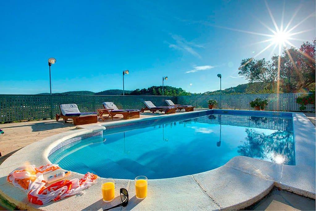 Casa t pica con vistas piscina billar ping pong for Piscinas naturales horta de sant joan