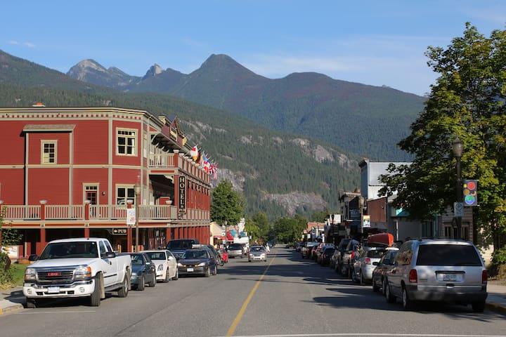 Downtown Kaslo with Kaslo Hotel on the left.