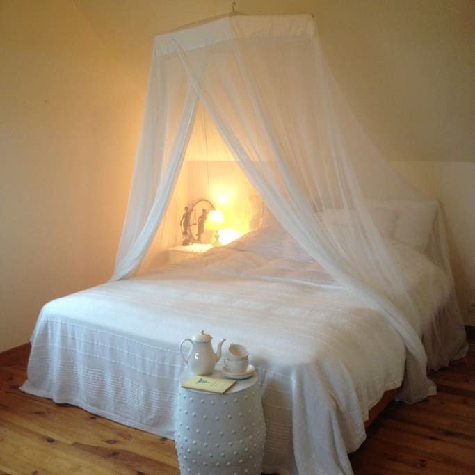 Kingsize bed with heavenly white bedding