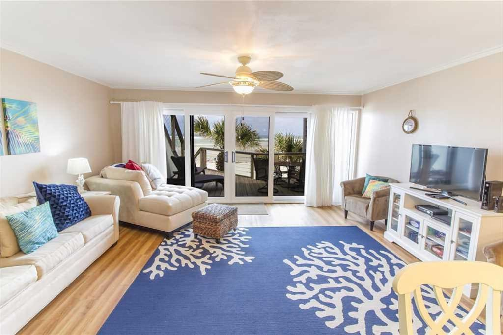 Great Space - The living room seats are comfortable, the view is spectacular, and the Florida experience is just around the corne