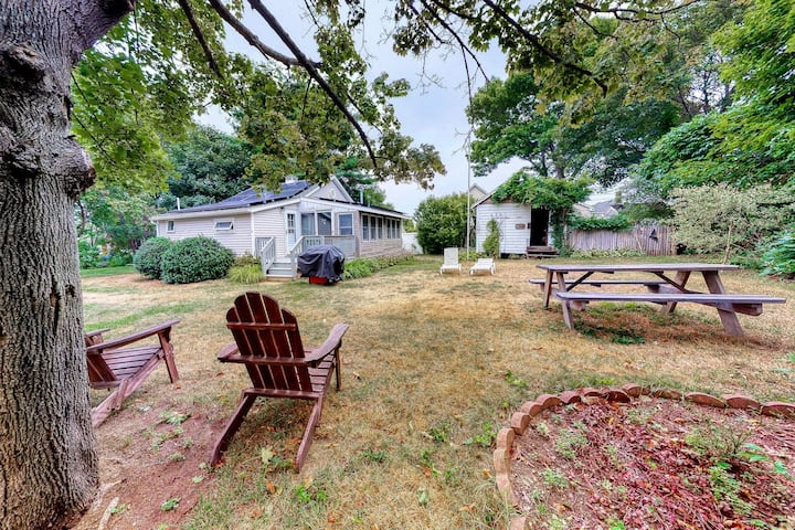 Rustic and well-equipped cottage w/gas grill, deck, large lawn - near the ocean
