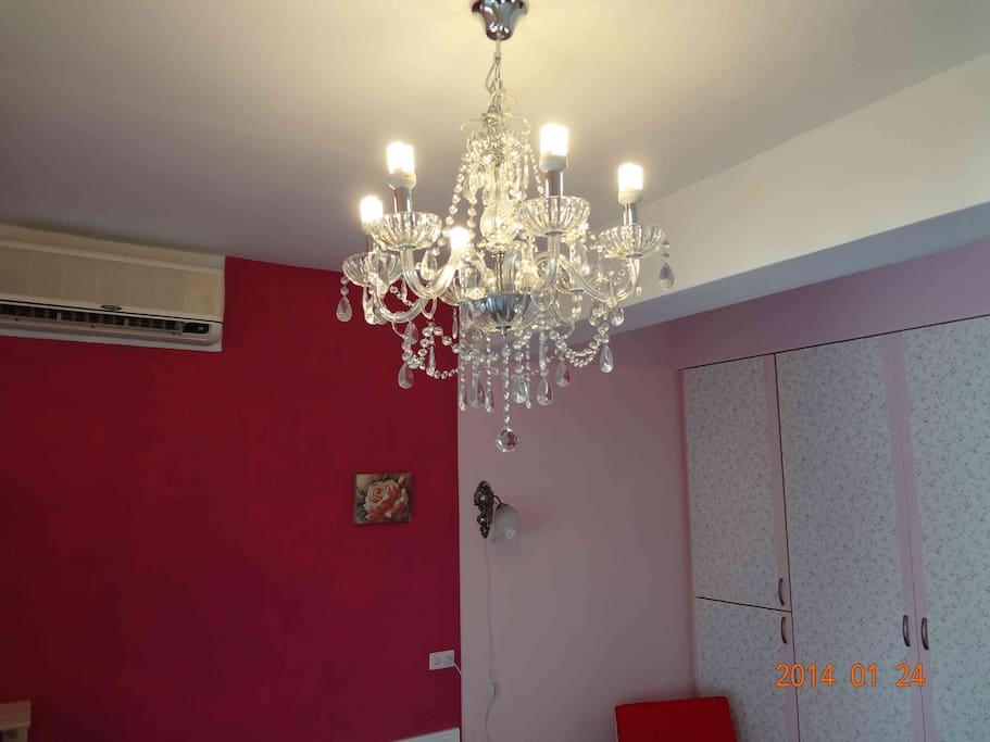 華麗的水晶燈,讓房間瞬間高雅充滿羅曼蒂克