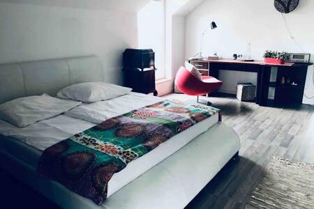 Zimmer im Haus am Waldrand, 1,5 Km vom Bahnhof.