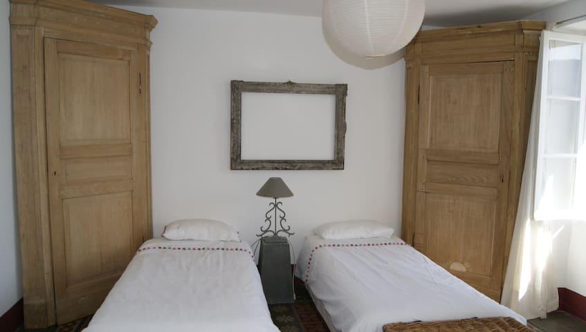 Chambre à 2 lits simples pouvant être juxtaposés pour un lit double.
