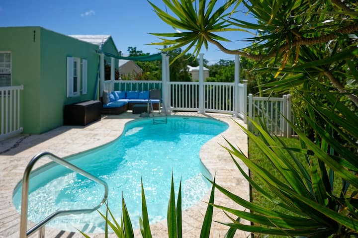 Moonglow Cottage - Walking Distance to the Beach!