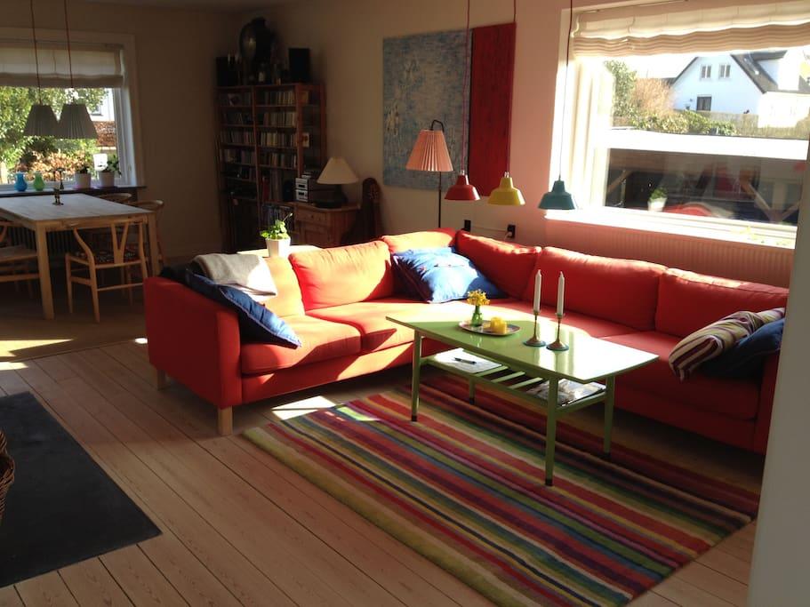 Stuen med sofahjørnet.