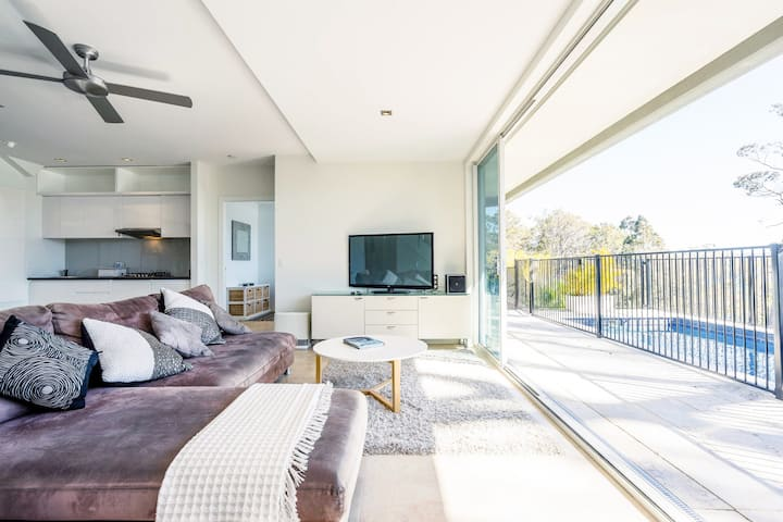 Private Luxury Apartment Sitting atop Pittwater