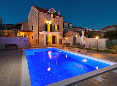 RUSTICAL VILLA WITH PRIVATE POOL - Donje Selo