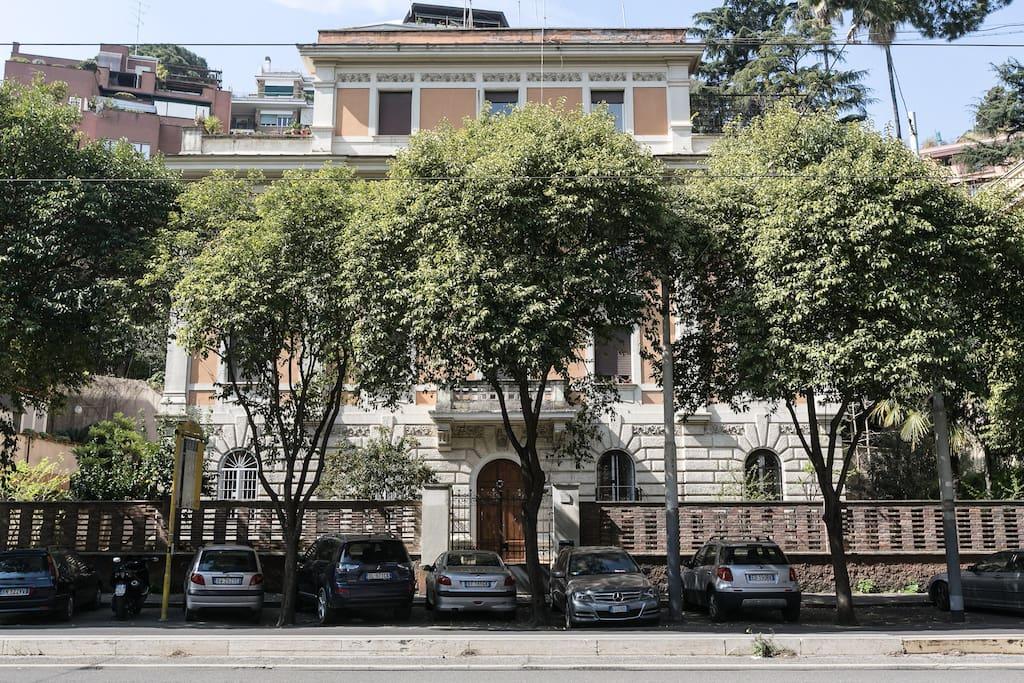 Elegant building on Viale Trastevere