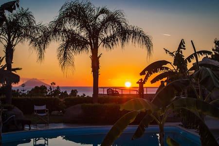 Apartment Stromboli con piscina - Faro Capo Vaticano