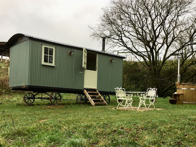 shepherds hut in quiet countryside near Dartmouth