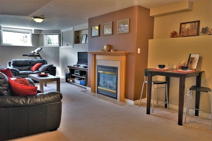 Large Two bedroom Suite + Breakfast close to 401