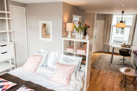 Cozy quiet modern studio with a vintage touch, located in the historic and trendy east Centre of Amsterdam. Your own kitchen, spacious bathroom with washing machine, bedroom with LCD television and Wi-Fi. Close to all main attractions of Amsterdam.