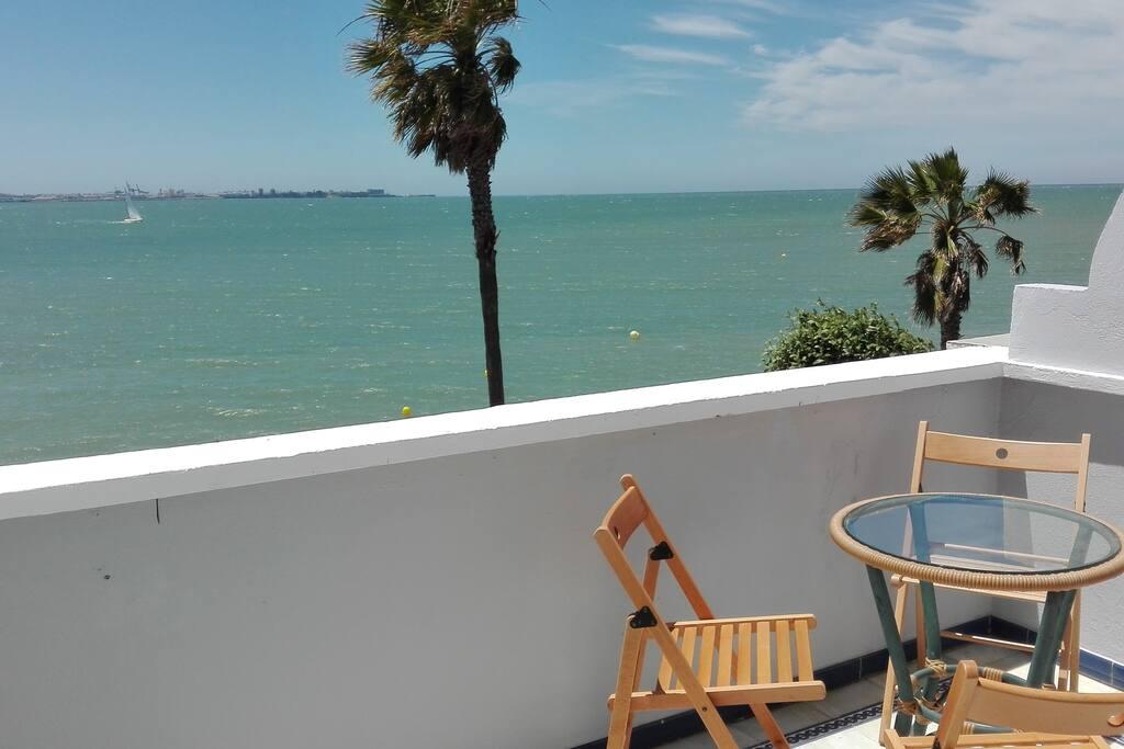 Terraza con vistas al mar y muy cerca de la playa