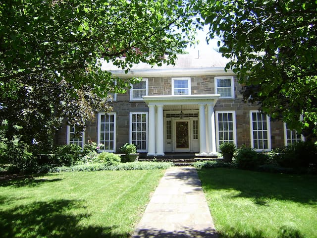 Great Stone House...Antique Stone H - Kingston - Bed & Breakfast