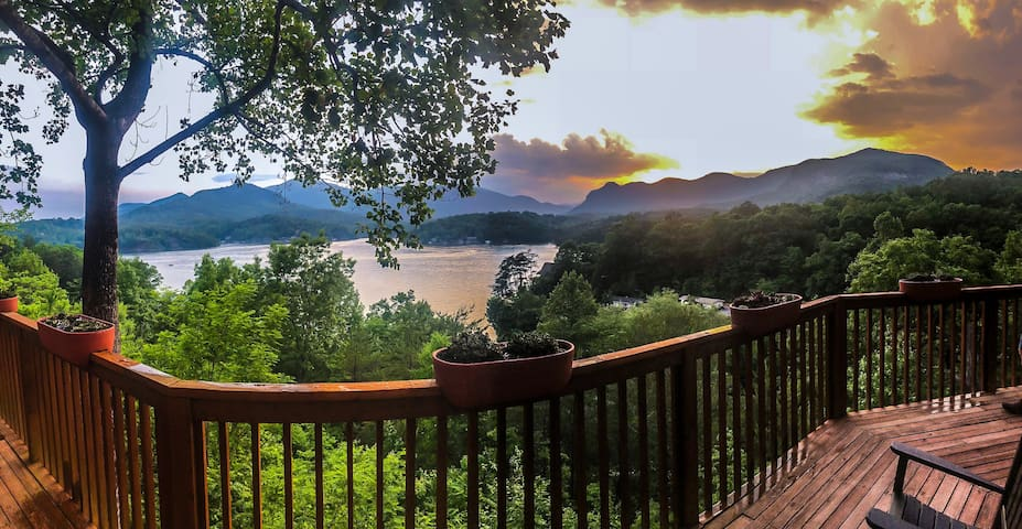 The Cedar House: Breathtaking views on Lake Lure