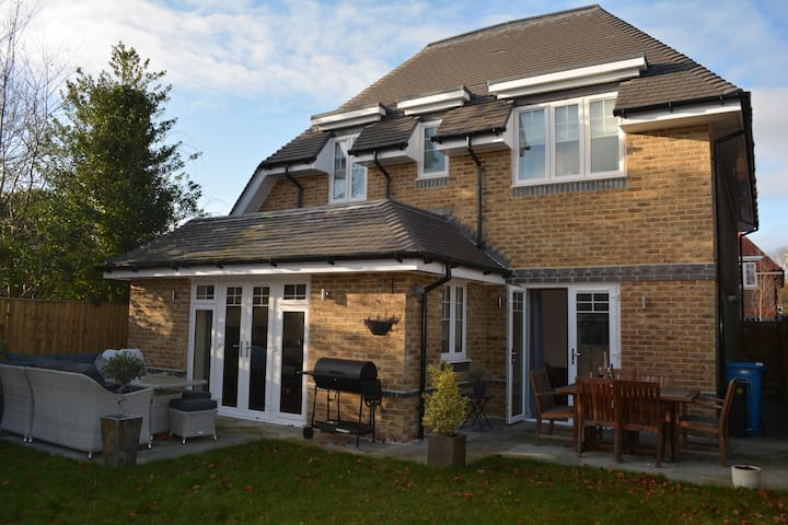 Modern home 5 minutes drive from central Windsor.